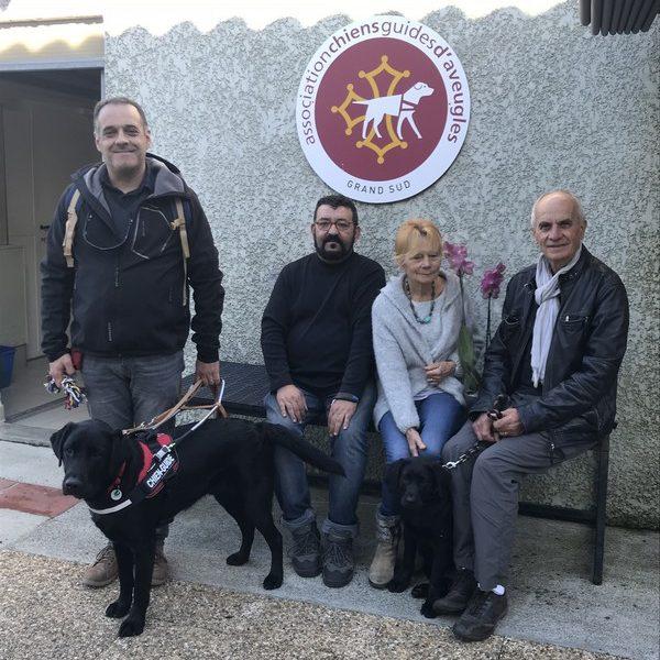 Mr Ramos tenant au harnais Lamyon entouré par la famille Fidenci et Mr Toumi, les familles d'accueil de Lamyon