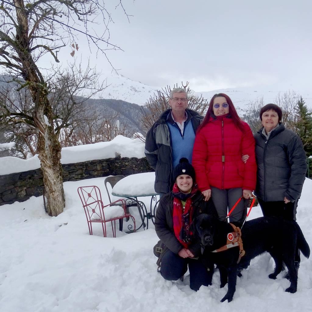 Candy et Haïko dans la neige, entourée par la famille Debat, ancienne famille d'accueil d'Haïko.