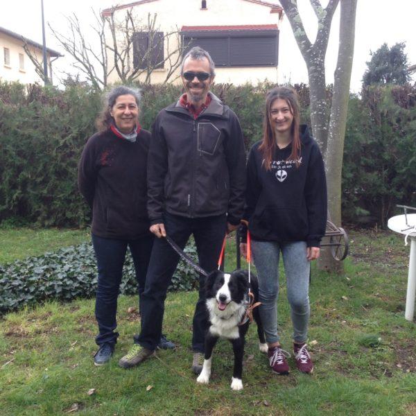 Nicolas Moineau avec Lima au harnais entouré par la famille d'accueil de Lima
