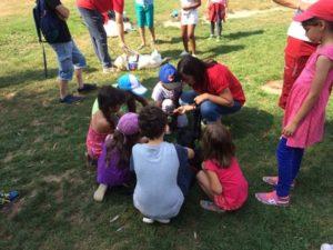 moment câlins : les enfants caressent le chien sous le regard de sa famille d'accueil