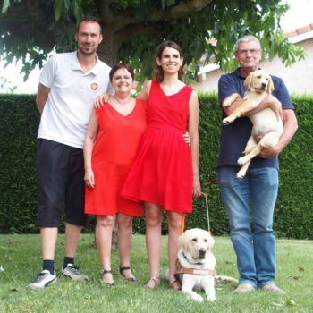Madame Thevenin avec Mistral entourée de la famille d'accueil et de l'éducateur