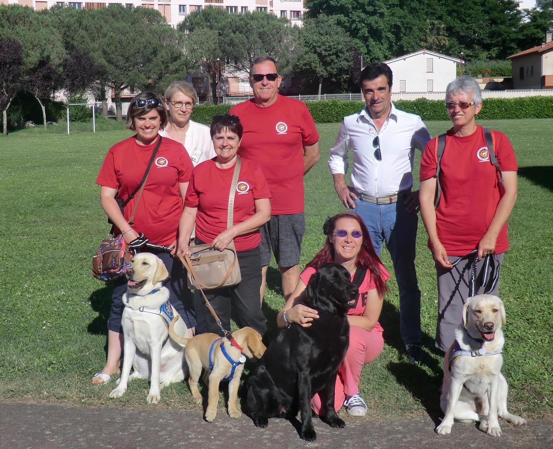 Une équipe de bénévoles composée de familles d'accueil, maîtres de chiens guides et administrateurs, lors d'une sensibilisation en Ariège.