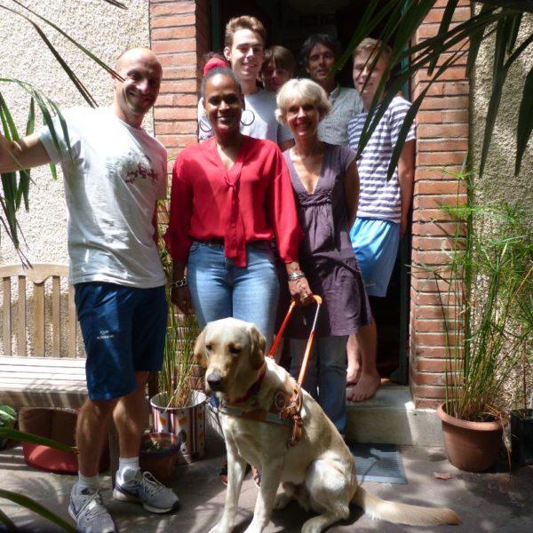 Mme Girard et son chien guide entourés par la famille d'accueil et Damien l'éducateur