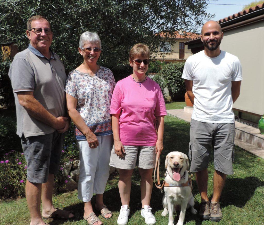 Maïka avec Sylvie, entourée de la famille Vives, sa famille d'accueil et de Guillaume, son éducateur