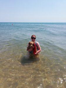 Ohara se baignant avec Pauline dans la mer