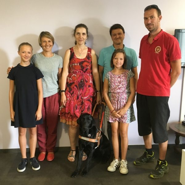 Stéphanie Dumont avec Major entourée par la famille d'accueil et l'éducateur