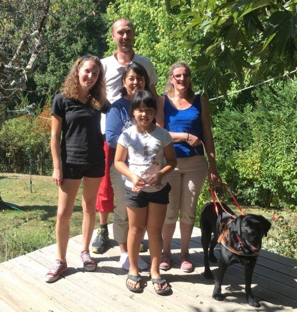 Alice Courchinoux avec Mana entourée par la famille d'accueil et les éducateurs