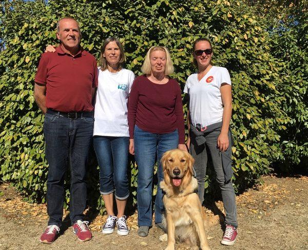 Madame Cotto et son chien guide Mango entourés par la famille d'accueil et l'éducatrice