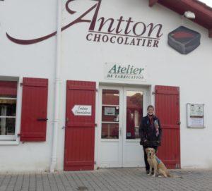 Pauline et Ohara devant le magazin de chocolat Antton