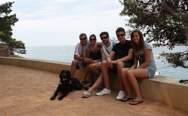 La famille Fourcade dont Alexandre et Dax assis sur un muret. Derrière eux, la mer.