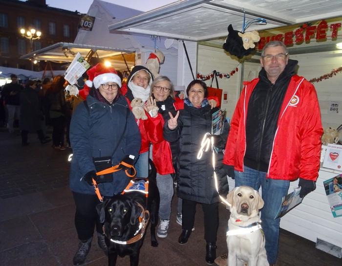 4 familles d'accueil et une maîtresse déficiente visuelle accompagnée de son chien guide devant le chalet
