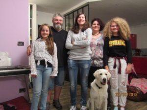 Mme Dos Santos avec Mystic entourée par la famille d'accueil