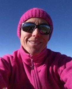 Portrait d'Agnès avec bonnet rose, lunette de soleil et veste polaire rose