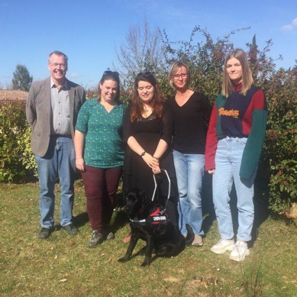 Mlle Mouysset et Naya entourées par la famille d'accueil et l'éducatrice