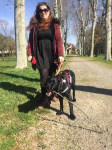 Justine Mouysset et Naya dans un parc