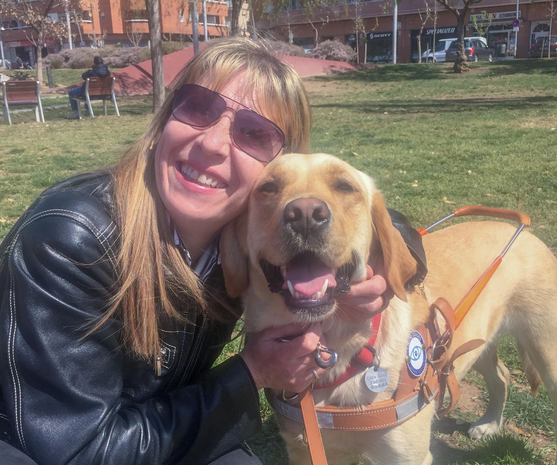 une équipe maître/chien guide qui prend la pose pour la photo