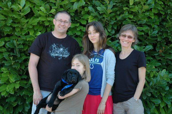 Hooky dans les bras des enfants de la famille Duchen, sa famille d'accueil