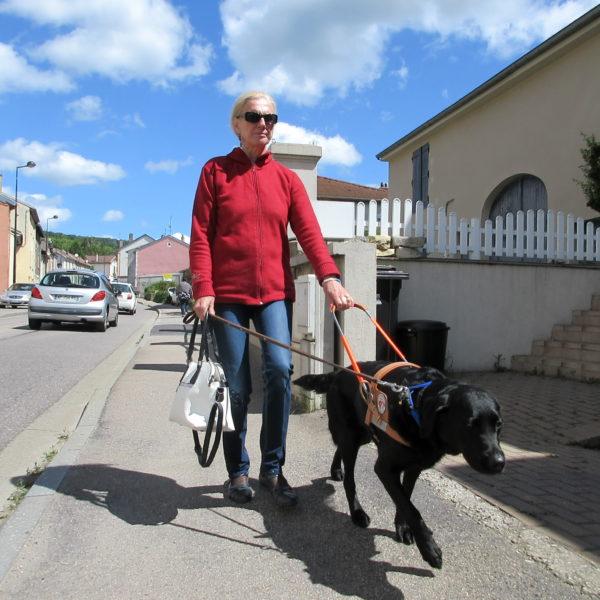 Mme Morlon et Miya marchant sur le trottoir
