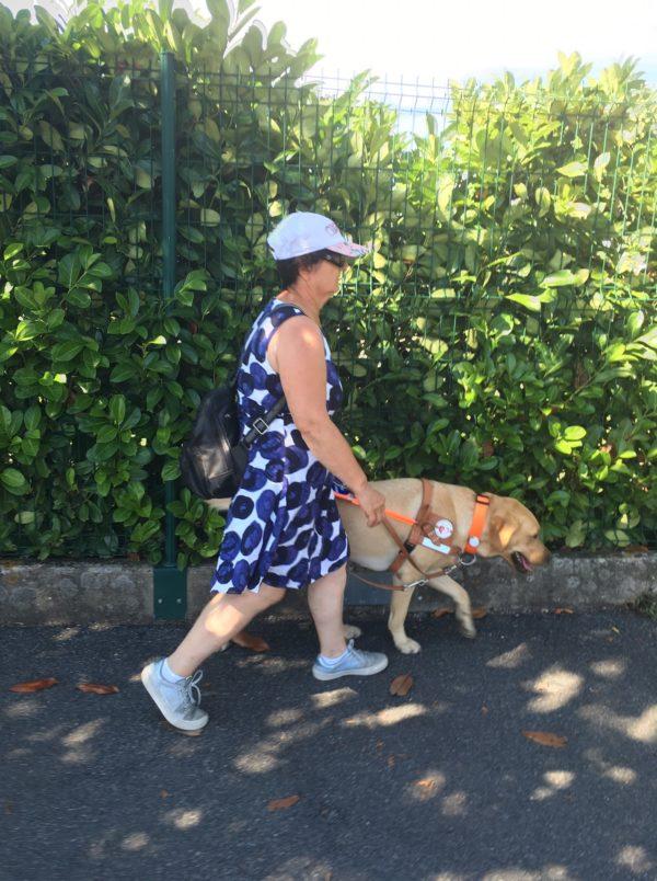 Geneviève et Nigel marchant sur le trottoir