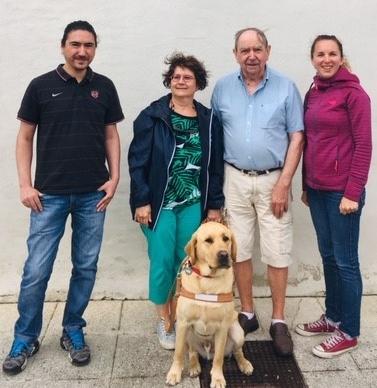 Mme Tailleur et Nigel entourés par la famille d'accueil et l'éducatrice