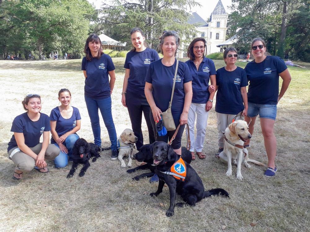 les bénévoles avec les chiens prennent la pose !