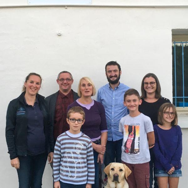 Mme Thomas et Nobelle entourées par la familles d'accueil et l'éducatrice
