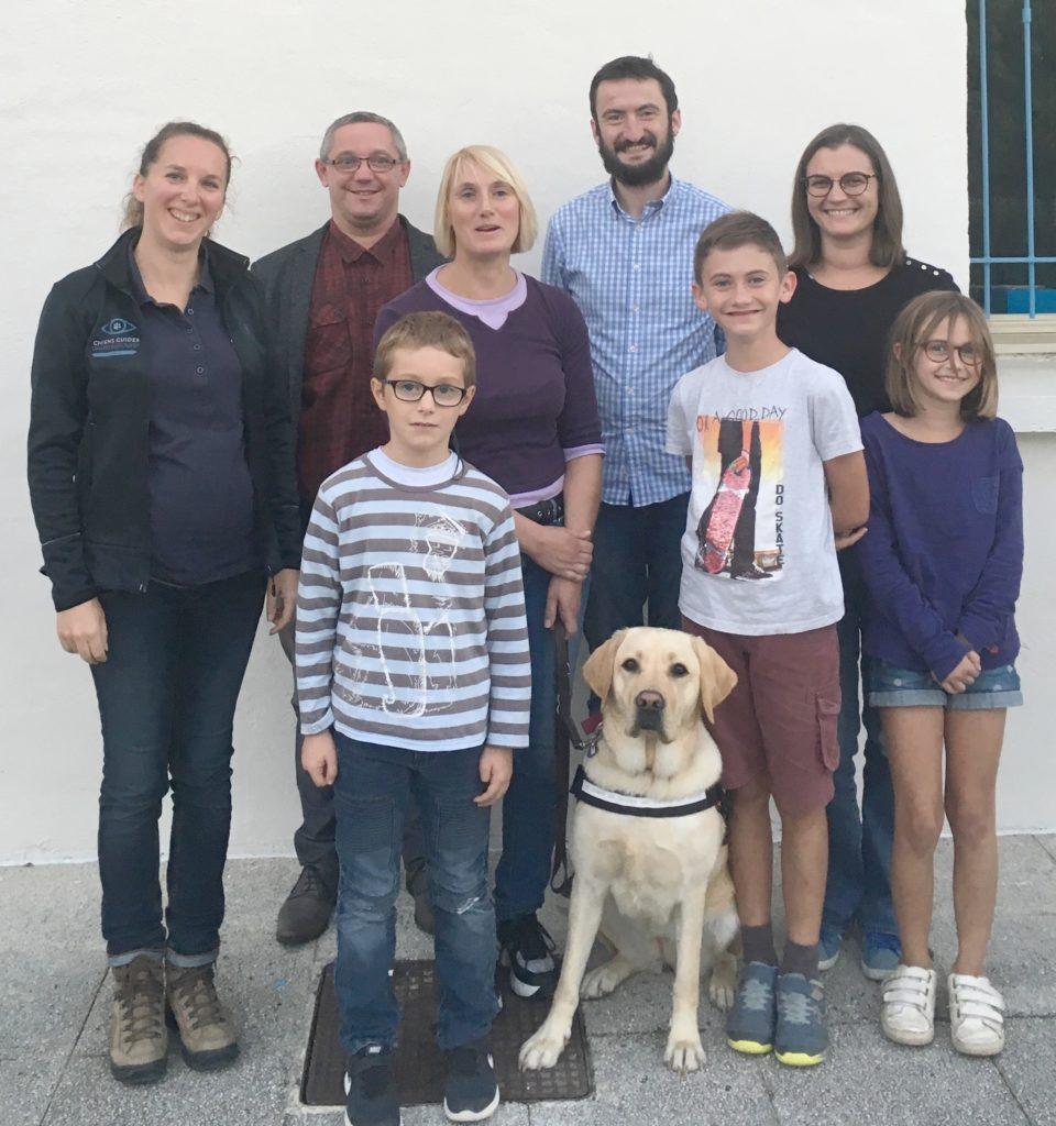 Madame Thomas et Nobelle entourées par la famille d'accueil et par l'éducatrice