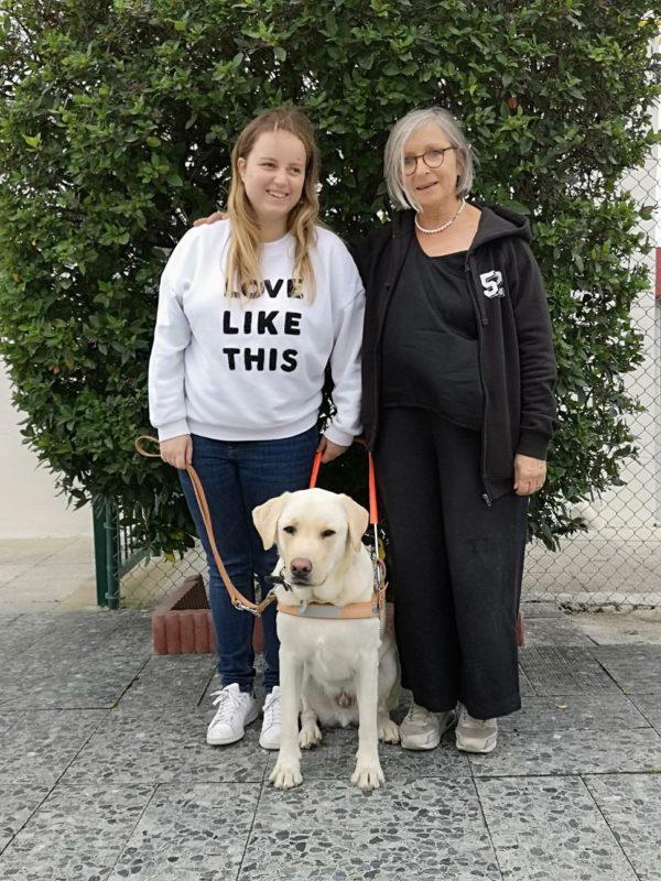 Melle Bodineau accompagnée de son chien guide Nelson et de Monique, famille d'accueil de Nelson