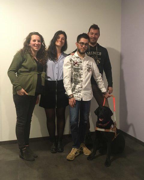 Mr Fantaccino et Osha entourés par la famille d'accueil et l'éducatrice
