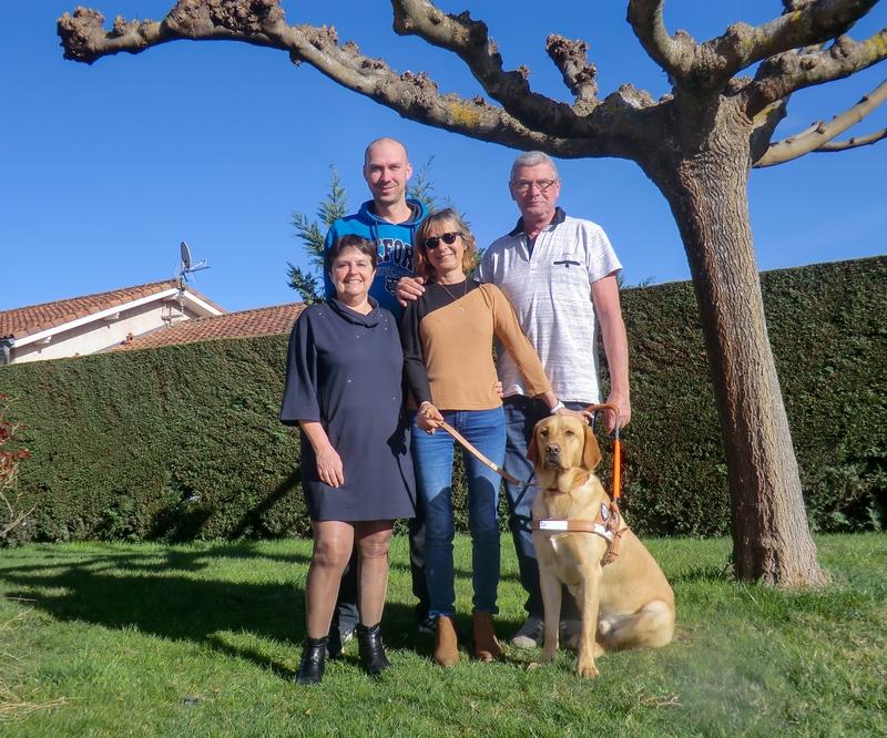 Michèle et Orion entourés par la famille d'accueil et l'éducateur