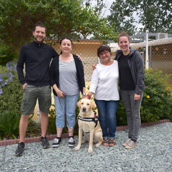Mme Blanco et son chien guide Orry entourés par la famille d'accueil et les éducateurs