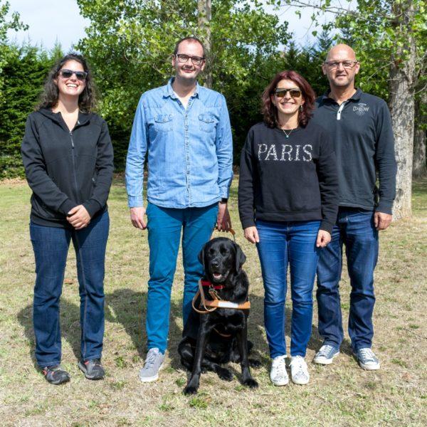Mr Ridolfi et Ozu son chien guide entourés par la famille d'accueil et l'éducatrice