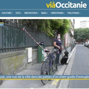 Fanny et Pampa contournant un vélo garé sur le trottoir pour le reportage de Viaoccitanie