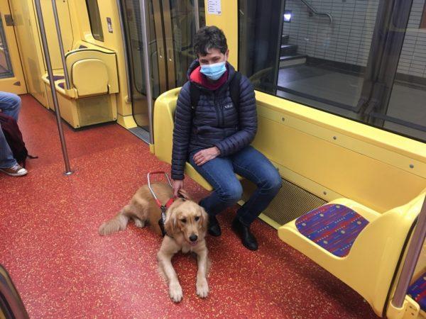 Mme Franck et Prisca dans le métro