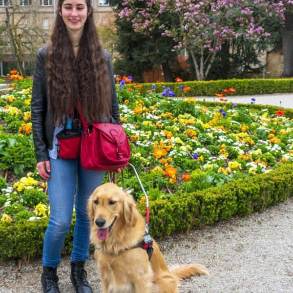 Camille et Prisca posent devant un parterre de fleurs