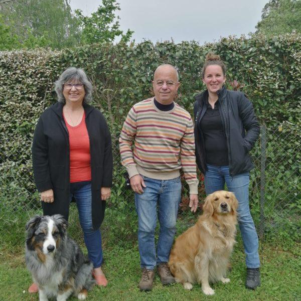 Mr et Mme David avec Pipa et Emir, chien guide retraité. A coté d'eux, Stéphanie, l'éducatrice de Pipa
