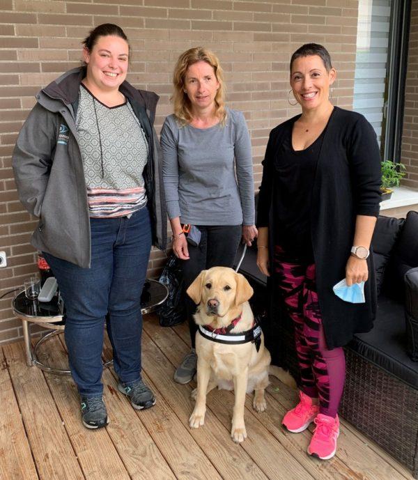 Régine et Pipper entourées par l'éducatrice et la famille d'accueil