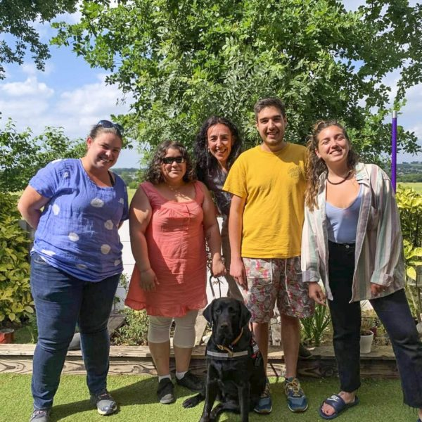 Mme Akli et Pampa entourées par la famille d'accueil et l'éducatrice